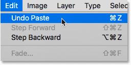 Elegir el comando Deshacer pegado de debajo del menú Edición en Photoshop.