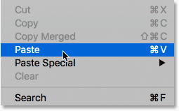 Seleccionando el comando Pegar de debajo del menú Edición en Photoshop.