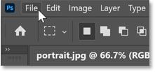 在 Photoshop 的菜单栏中打开文件菜单