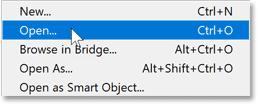 在 Photoshop 的文件菜单中选择打开命令