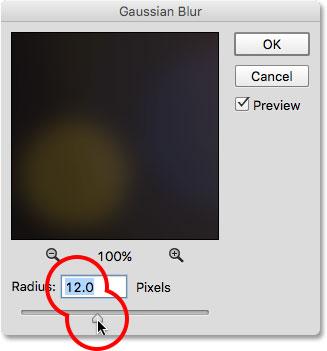 Kéo thanh trượt Radius trong hộp thoại Gaussian Blur.