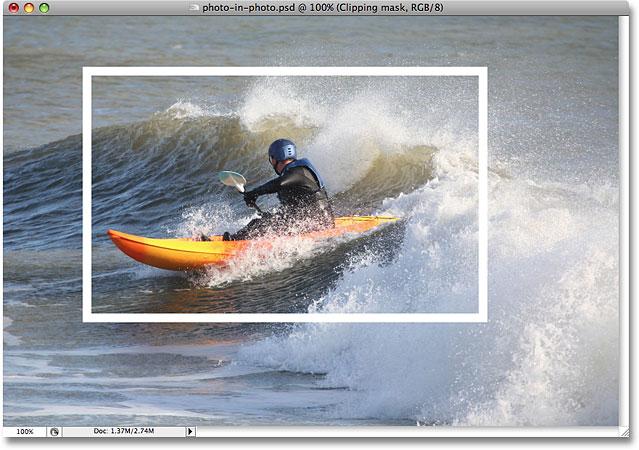 带有白色描边的图像出现在较小版本的照片周围。 图片 © 2008 Photoshop Essentials.com。