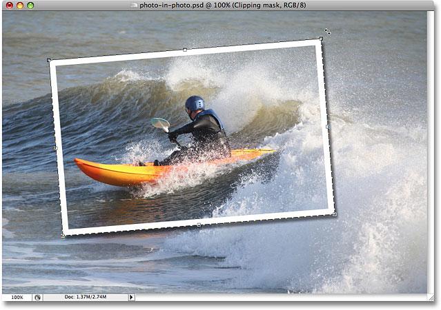 """使用 Photoshop 中的""""自由变换""""命令根据需要旋转、重新定位和调整形状大小。 图片 © 2008 Photoshop Essentials.com。"""